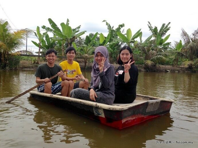 "The students posing excitedly during the  ""Dayung Sampan"" (Boat-rowing) activity."